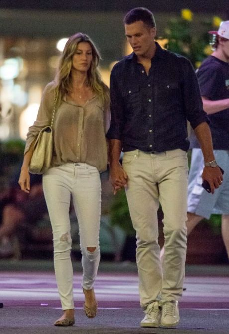 exclusive-premium-exclusive-rates-apply-gisele-bundchen-and-tom-brady-hand-in-hand-leave-a-boston-area-movie-theatre